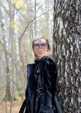 Kvinnan i en karneval halva-maskerar Arkivfoto