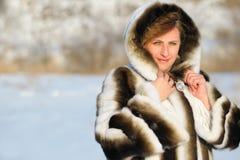 Kvinnan i en mink pälsfodrar täcker Fotografering för Bildbyråer