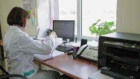 Kvinnan i en vit täcker lager videofilmer