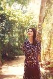 Kvinnan i ett tropiskt parkerar arkivbilder