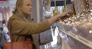 Kvinnan i godis shoppar lager videofilmer