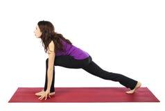 Kvinnan i högt utfall poserar i yoga Royaltyfri Bild