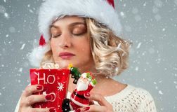 Kvinnan i hatt för santa ` s dricker kaffe Fotografering för Bildbyråer