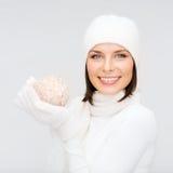 Kvinnan i hatt, halsduken och handskar med jul klumpa ihop sig Arkivbild