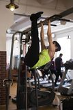 Kvinnan i idrottshallen, skakar pressen på stången arkivfoto