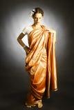 Kvinnan i indier danar klänningen royaltyfria foton