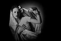 Kvinnan i indier danar mörkerståenden arkivbild