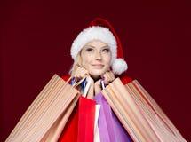 Kvinnan i jullock hands paket Arkivfoton