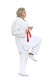 Kvinnan i karate poserar Arkivfoto