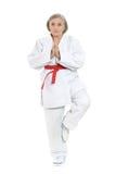 Kvinnan i karate poserar Royaltyfri Foto