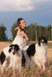 Kvinnan i kläder av 18 århundraden med hunden Arkivbilder