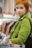 Kvinnan i kläder shoppar royaltyfria bilder