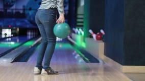 Kvinnan i klubban f?r att bowla kastar bollen arkivfilmer