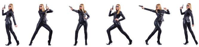 Kvinnan i läderdräkt med vapnet som isoleras på vit royaltyfri foto