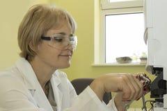 Kvinnan i laboratorium förbereder hplckolonnen Arkivbild