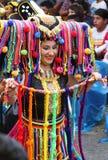 Kvinnan i Mång--färgad dräkt i karneval ståtar Royaltyfri Bild