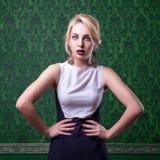 Kvinnan i mode poserar på grön tappningbakgrund royaltyfri fotografi
