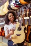Kvinnan i musikal shoppar arkivfoto