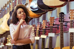 Kvinnan i musikal shoppar arkivbild