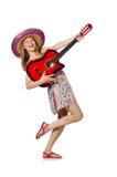 Kvinnan i musikaliskt begrepp med gitarren på vit Arkivfoton