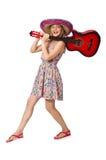 Kvinnan i musikaliskt begrepp med gitarren på vit Arkivfoto