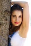 Kvinnan i overaller står mellan trädstammar Royaltyfria Foton