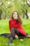 Kvinnan i rött täcker Fotografering för Bildbyråer