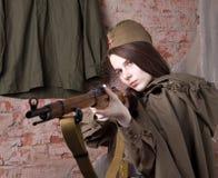 Kvinnan i rysk militär likformig skjuter ett gevär Kvinnlig soldat under det andra världskriget Royaltyfri Fotografi