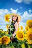 Kvinnan i solrosorna Arkivfoto