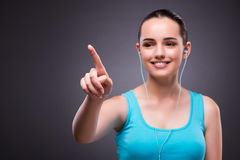 Kvinnan i sportbegreppet som trycker på knappar Arkivbild