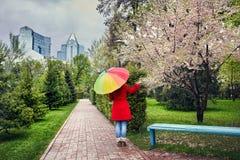 Kvinnan i stad parkerar på vårtid Arkivbild