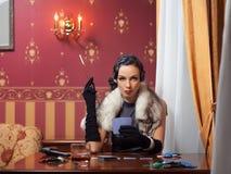 Kvinnan i strikt kläder i en retro stil. Arkivfoto