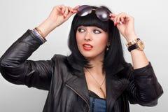 Kvinnan i svart läder klår upp Arkivfoton