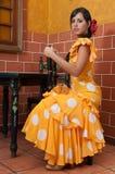 Kvinnan i traditionella flamencoklänningar dansar under Feria de Abril på April Spain Arkivfoton