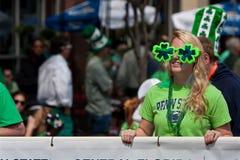 Kvinnan i treklöversolglasögon tar delen ståtar in royaltyfri fotografi