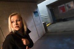 Kvinnan i tunnelen är rädd Royaltyfri Bild