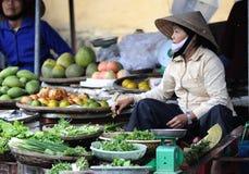 Kvinnan i Vietnam marknadsför Royaltyfria Foton