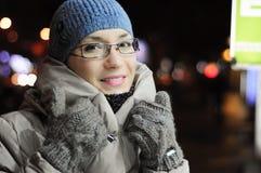 Kvinnan i vinter beklär le och bärande glasögon Royaltyfri Fotografi