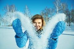 Kvinnan i vintern som går i, parkerar med snö arkivbild