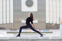 Kvinnan i yoga poserar i stad Royaltyfria Foton