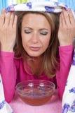 Kvinnan inhalerar ånga arkivfoto