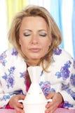 Kvinnan inhalerar ånga royaltyfri foto