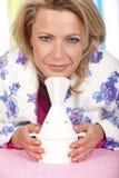 Kvinnan inhalerar ånga arkivbilder