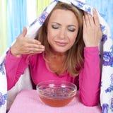 Kvinnan inhalerar ånga arkivbild