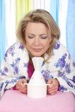 Kvinnan inhalerar ånga royaltyfri fotografi