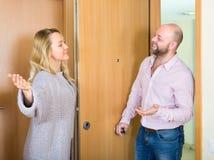 Kvinnan inviterar mannen att komma in arkivbild