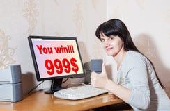 Kvinnan jublar seger $ 999 Arkivbild
