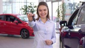 Kvinnan köper den nya bilen på återförsäljaren royaltyfria bilder