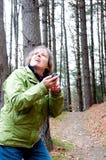 Kvinnan kan inte finna GPS satelliterna Arkivfoto