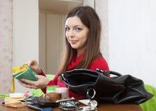 Kvinnan kan inte finna något i handväska Arkivbild